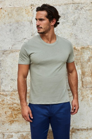 Made of a lightweight linen and cotton blend, this new U-shaped neckline is an easy to wear garment from Frescobol Carioca, perfect for the rising temperatures. Pair with swim shorts, chinos or anything at all. It's about to become your favourite T-shirt.