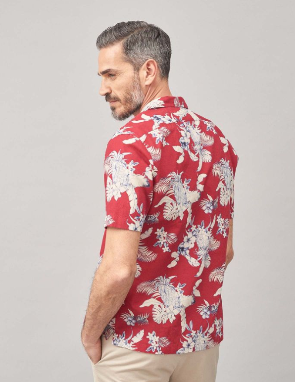 An exclusive shirt in printed linen woven by Albini. You won't go unnoticed on a summer evening, thanks to this top-quality printed linen in a tailored model with a cutaway collar.
