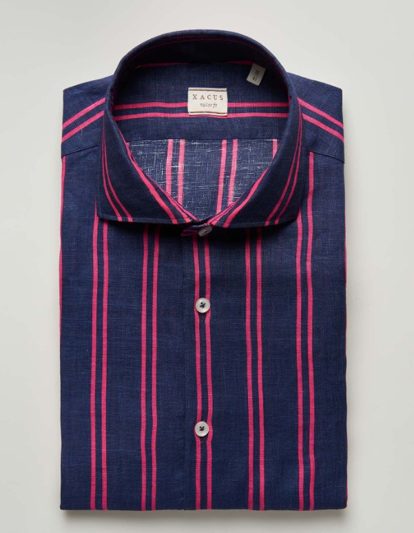 A printed 100% linen shirt in a prestigious fabric from Thomas Mason. The whole colour of the fabric comes from a print that recreates a deep blue base with elegant touches of colour. Impeccable casual style.
