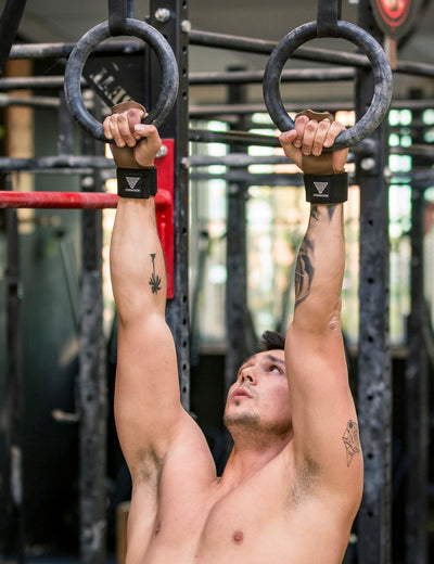 Calisthenics & Street Workout Athlete macht Pull-Ups an Gymnastik Ringen mit GORNATION Workout Hand Grips