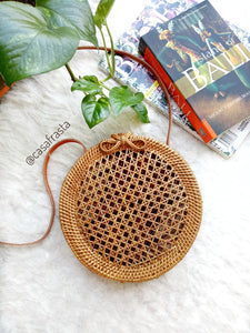 The pictures of this rattan bag do not do this purse a justice! It's absolutely perfect.