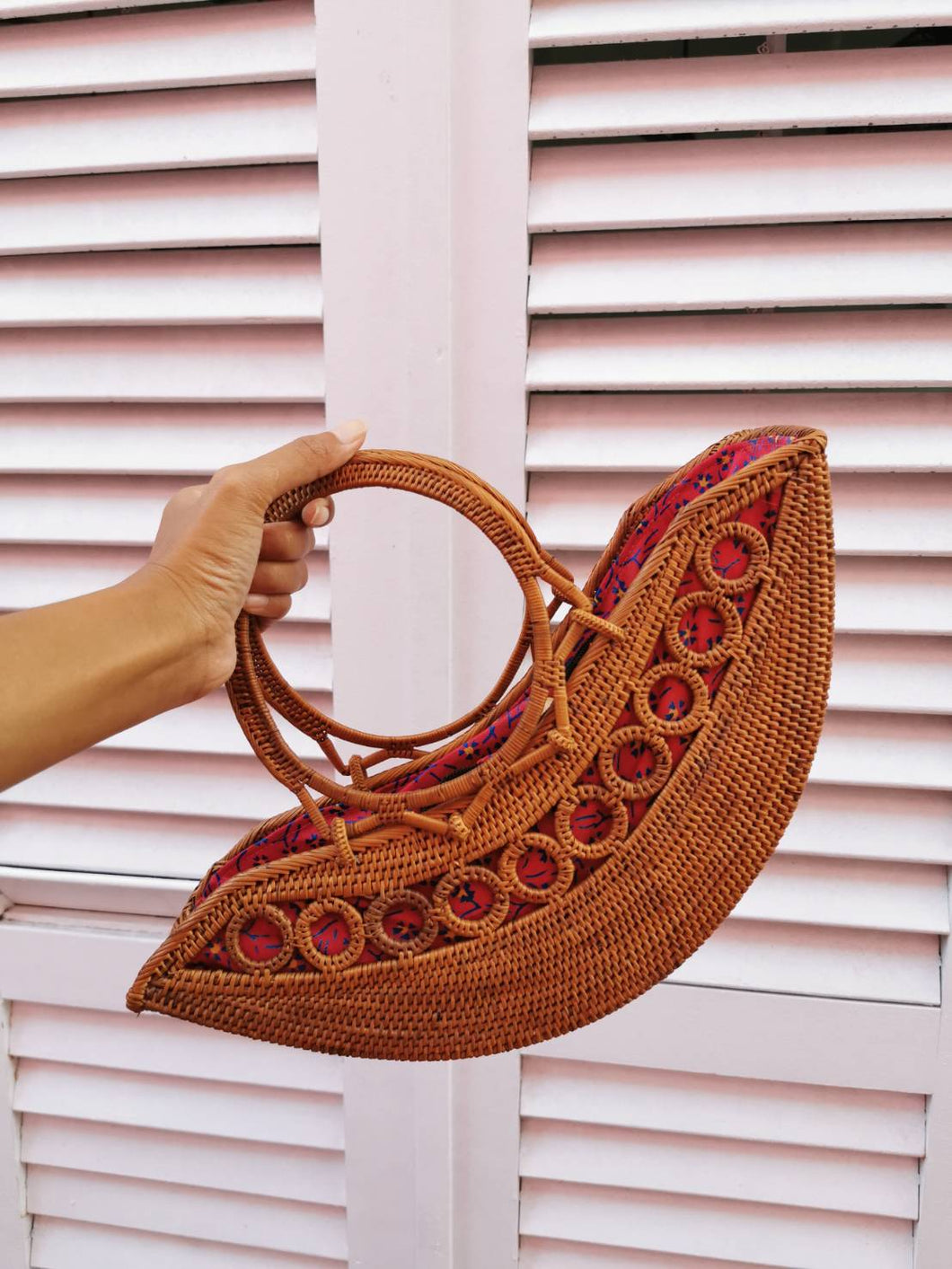 Nice roomy rattan shoulder purse handcrafted in Bali Great looking bag, really like the design and style because it was what I was looking for.