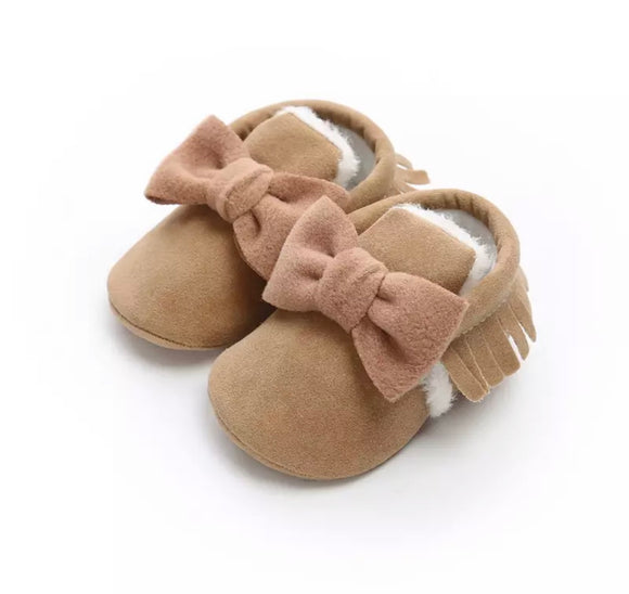 Tan fur lined bow tassel moccasin shoes (0-12 months)