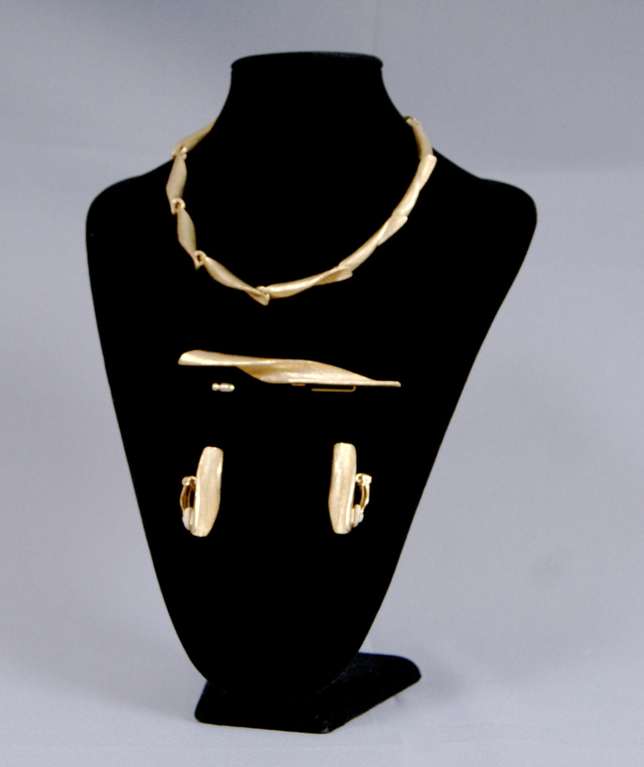 DELPHINE NARDIN Paris Vintage 70s Gilt Jewellery 4 piece Set Necklace,Earrings And Brooch Pin