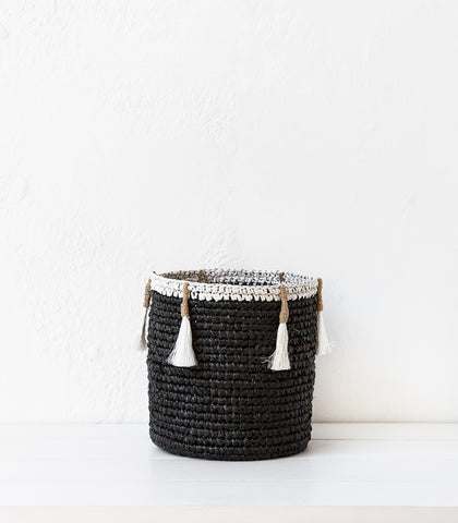 Raffia Woven Basket w Tassel / Black / Medium
