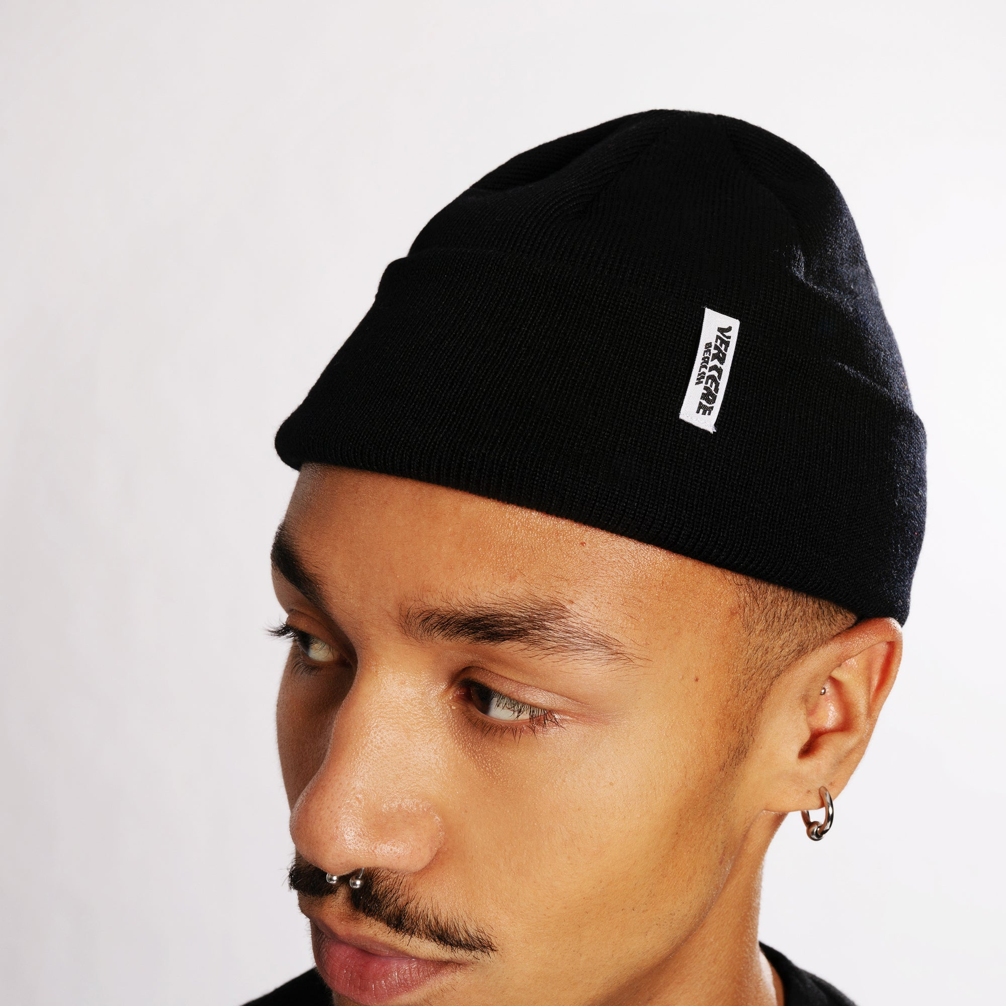 SHORT MERINO BEANIE CITY - BLACK