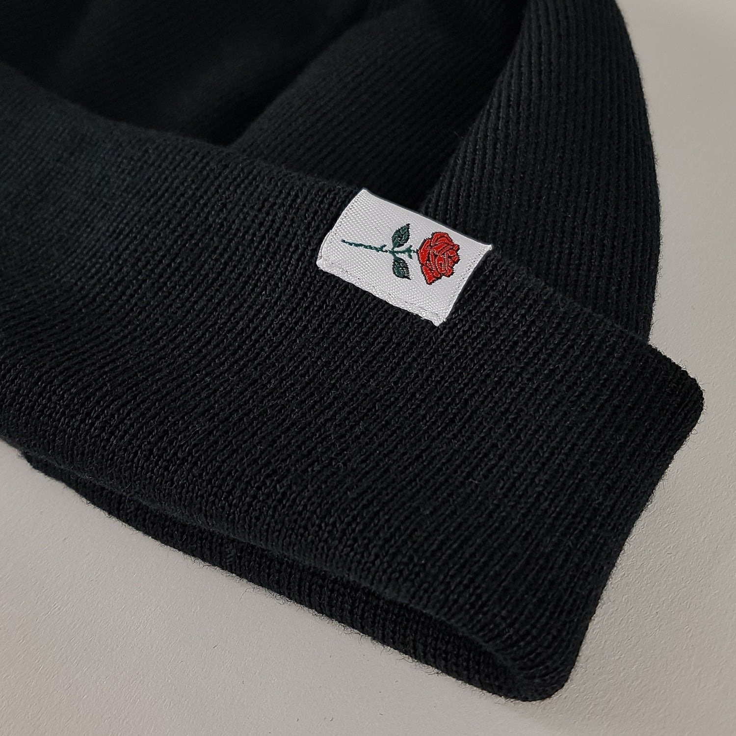 SHORT MERINO BEANIE ROSE - BLACK