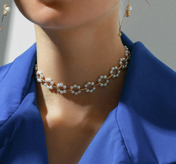 A girl in Pearls Choker