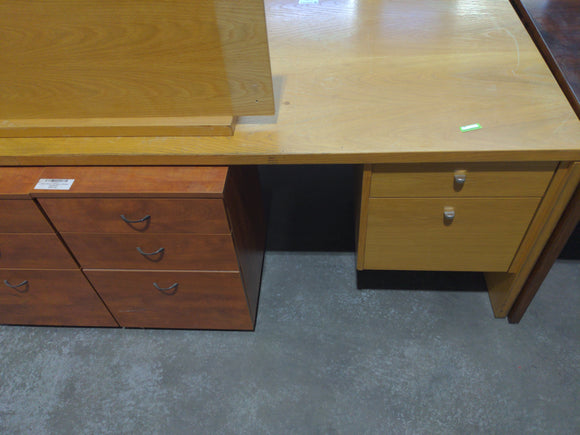 Corner desk with two sets of drawers