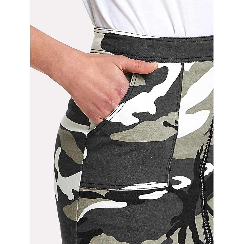 Zip Front Dual Pocket Camo Skirt