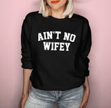 Black sweatshirt saying ain't no wifey - HighCiti