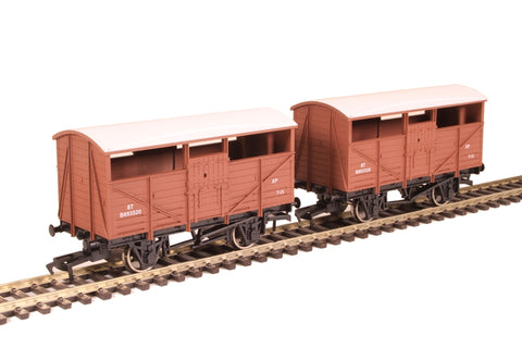 Pair of 4-wheel cattle wagons B893520 and B893320 in BR bauxite