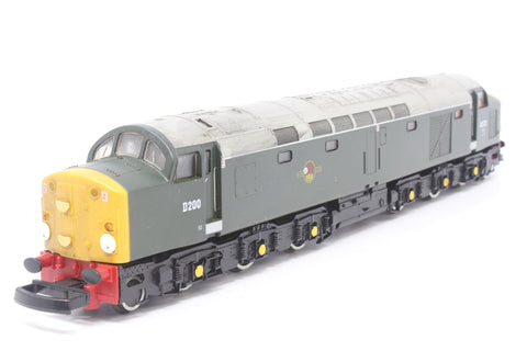 Class 40 40122/D200 in BR Green - Pre-owned - Detailed with headcodes - Roof weathered - Missing one buffer and both coupling hooks - Imperfect box