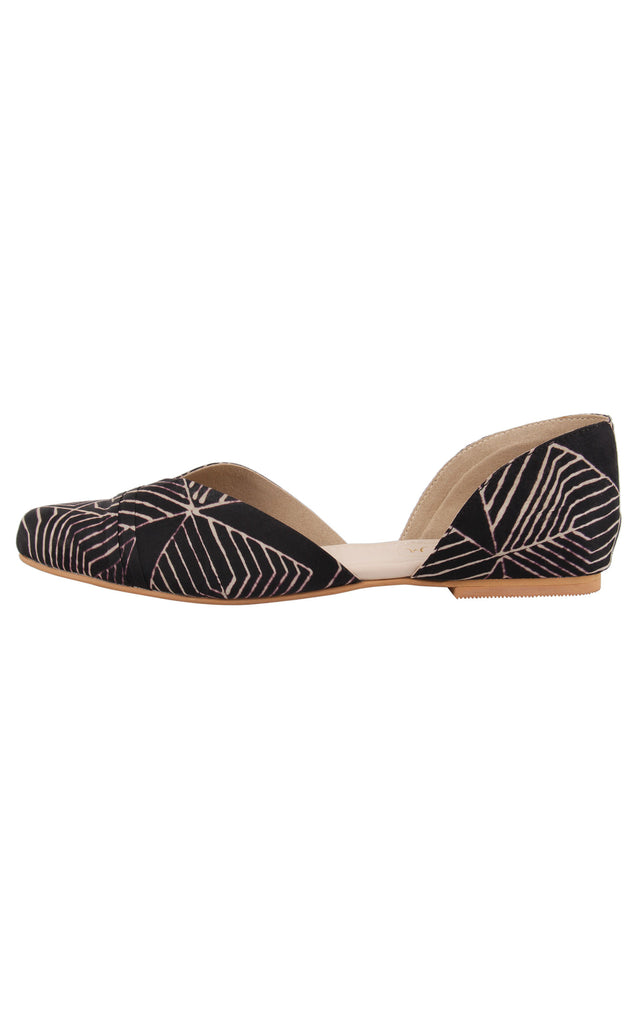 Black Patterned Closed Shoe
