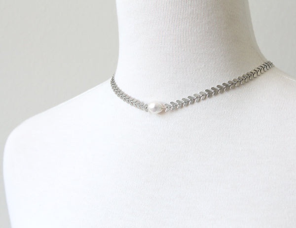 Leaf choker with pearl detail