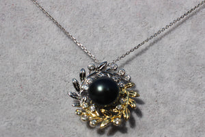 Silver Necklace with Pearl in Wreath Pendant