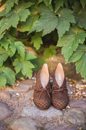 Brown 40's vintage style pumps in suede with colored stitches