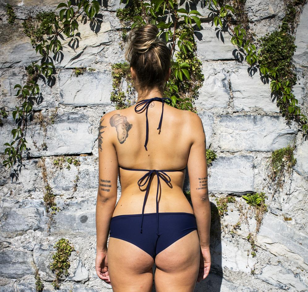 zero waste bikini size M - sustainable swimwear - recycled fishing nets - made in italy - designed for surfing - sporty - emroce - photo by Marta Bellu - plus size model Ludovica