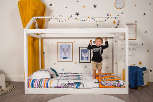 organic-cotton-quilt-cover-set-streetwise-shoes-yellow-and-white-streetwear-single-display-boy-standing-on-bed