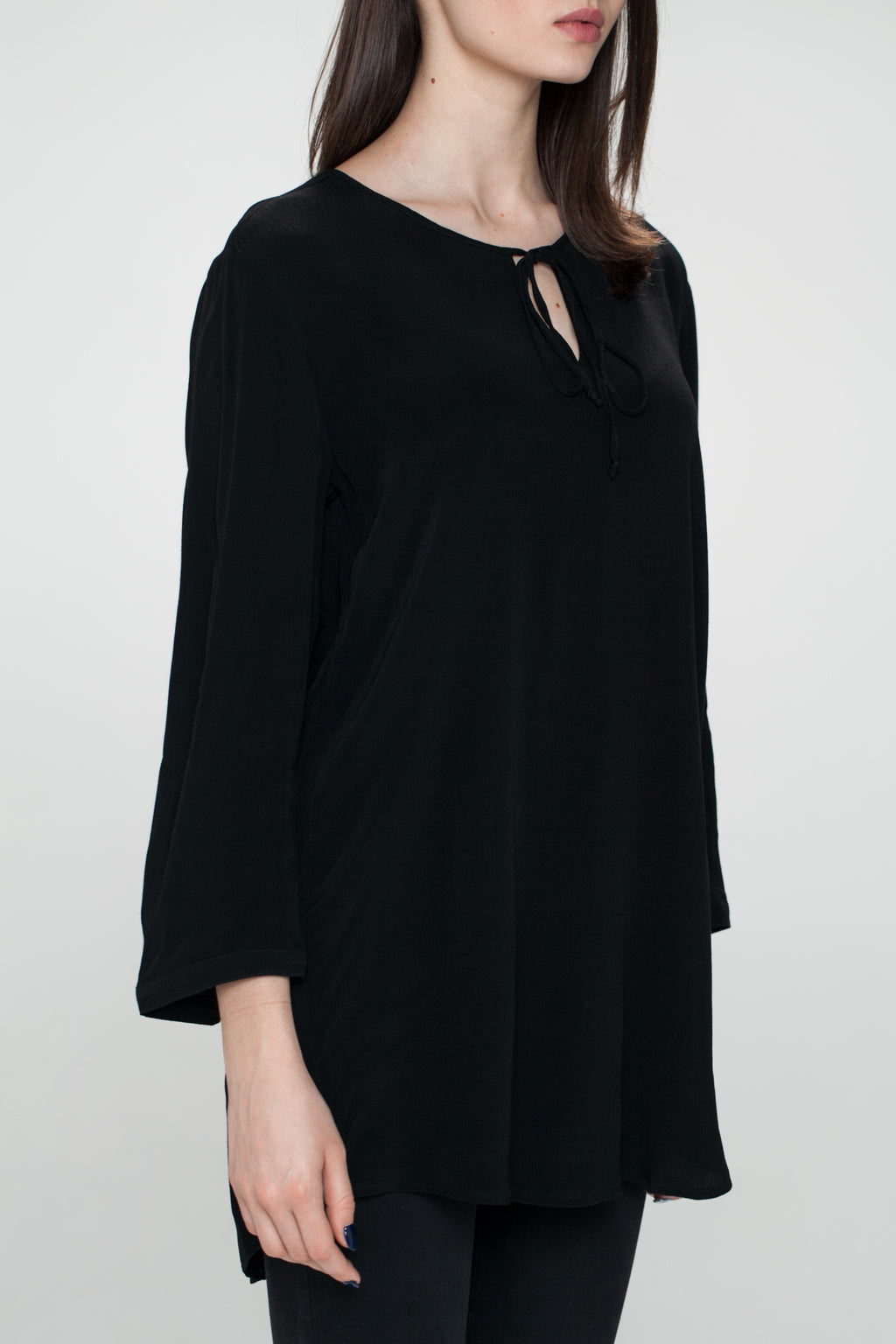 JÖRÐ TIED CLOSURE IN FRONT NECKLINE