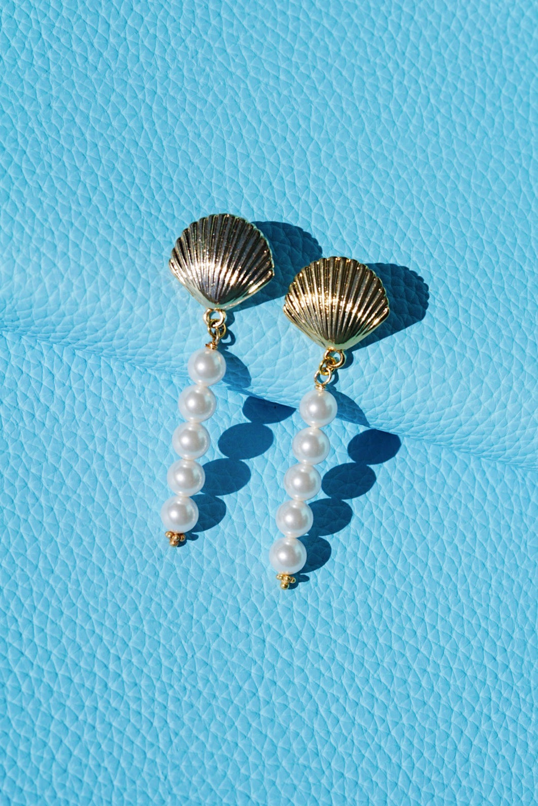 RIVIERA Seashell Round Pearl Drop Earrings
