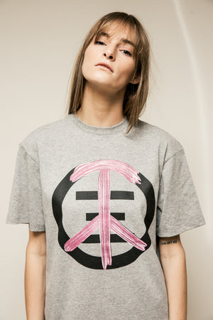 Women, Girl wearing a grey t-shirt with a giant print on chest spleen and love. Peace and love signed related fashion sign.
