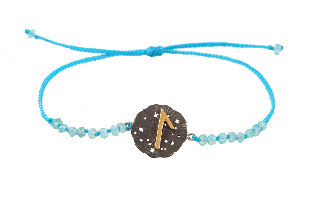 Beaded semprecious stone bracelet with runic medalion amulet Laguz. Gold plated, gold plated and oxide.