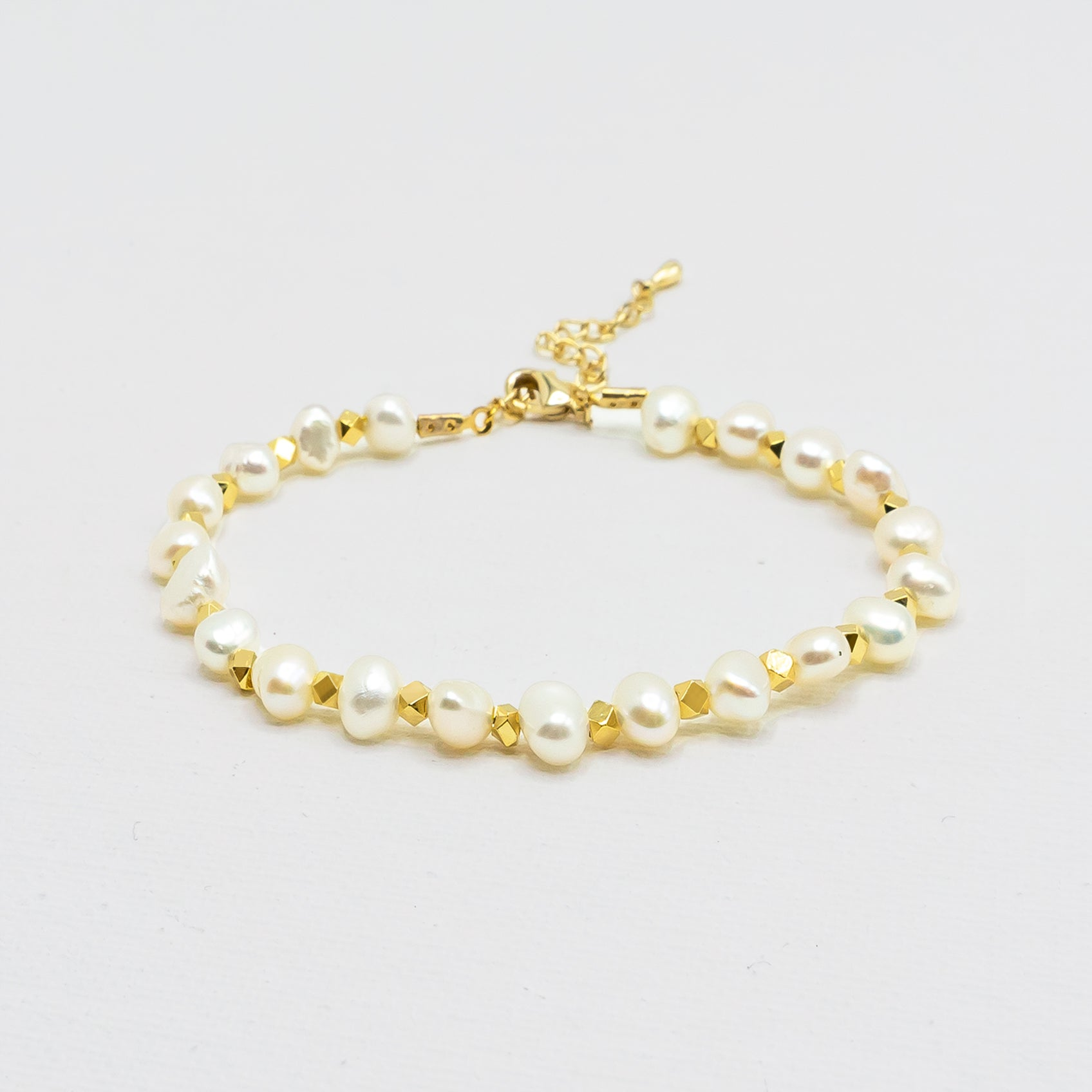 White Pearl Bracelet with Gold Beads - IT STYLE BOX