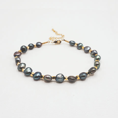 Gray Pearl Bracelet with Gold Beads - IT STYLE BOX