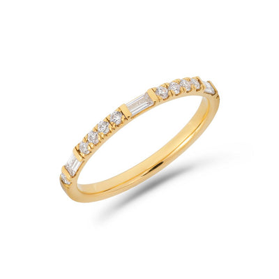 Round & baguette cut diamond ring in yellow gold