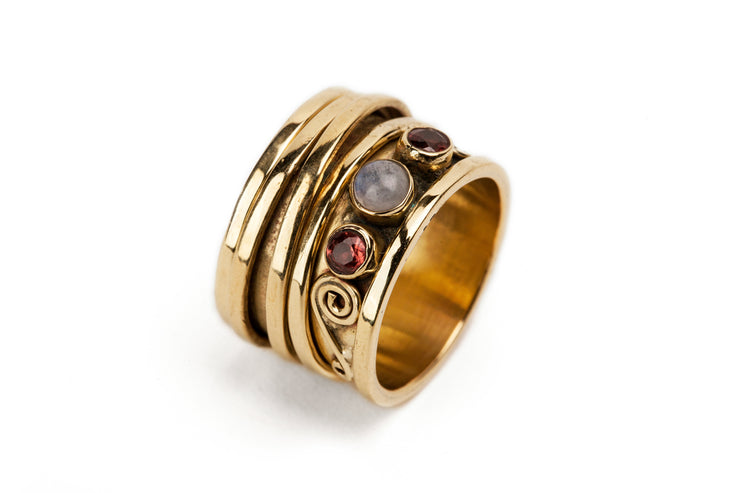Spinning ring with garnet and moonstone