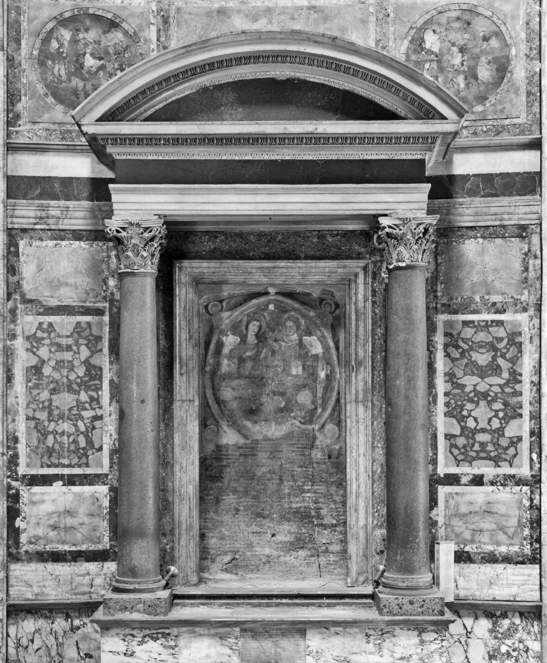 classical sketch of an aedicule for the glossary of architectural terms at ColumnsDirect.com