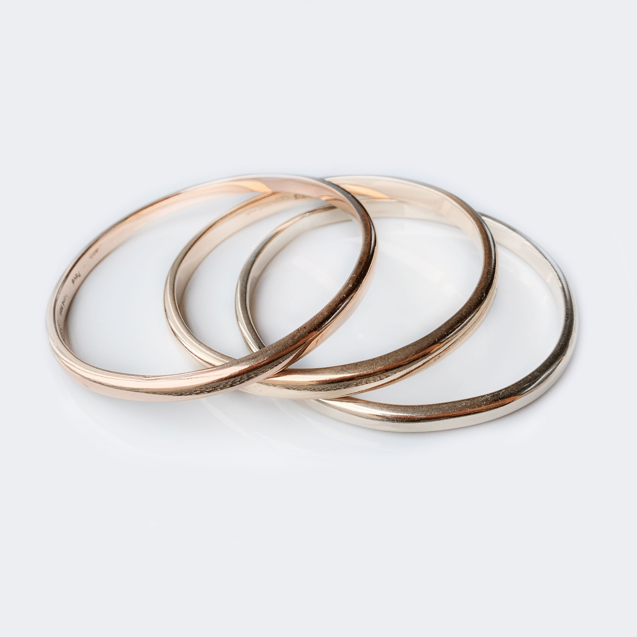 Modern 9ct yellow gold bangle