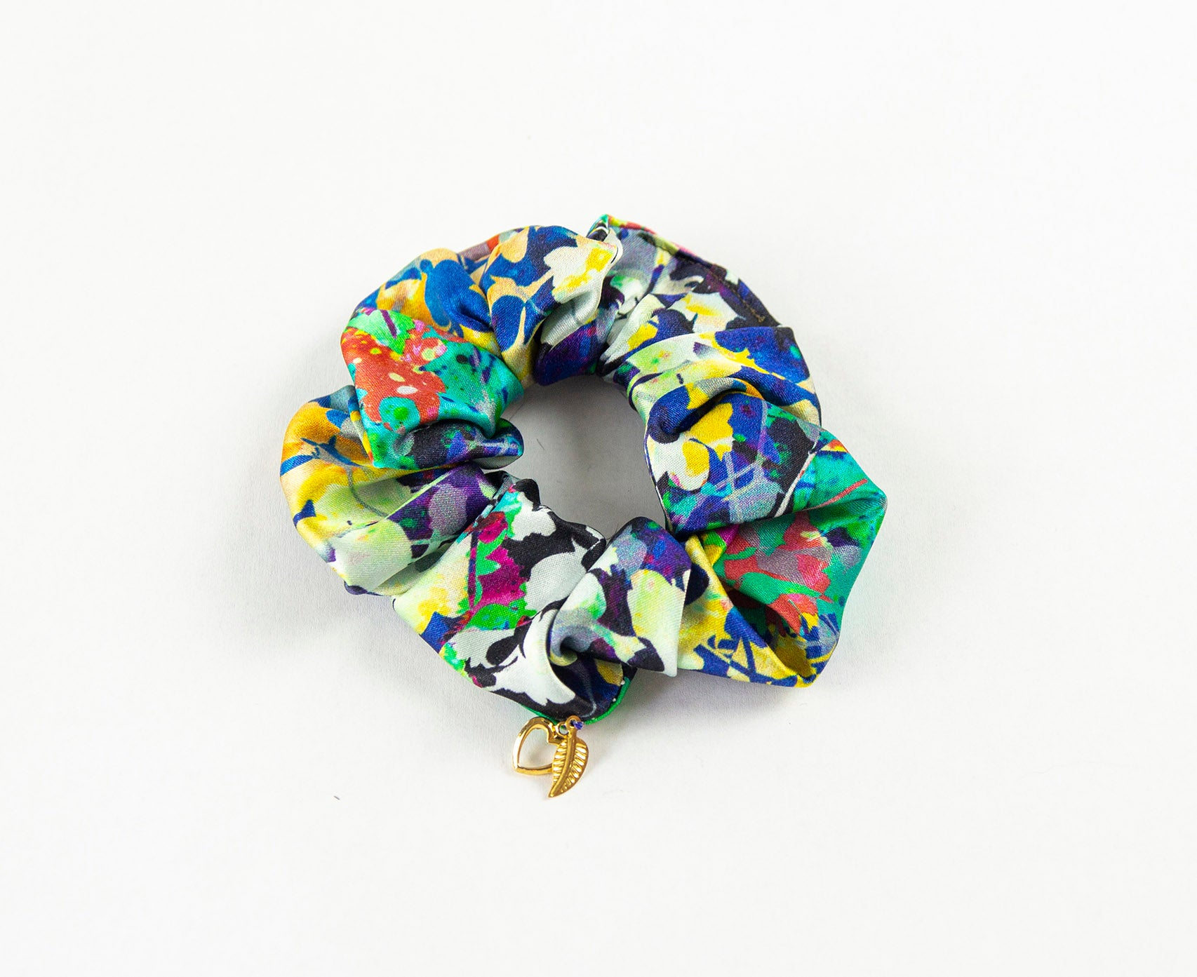 TORO Y PESCADO GRAFFITI PRINT SILK SCRUNCHIE WITH CHARM