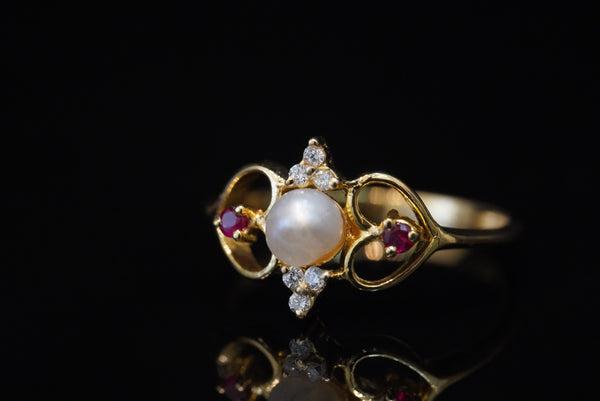 The Princess Charming 18kt ring with diamonds, red rubies and natural pearl خاتم ساحر الاميرات قيراط ١٨ مع الماس و ياقوت و لؤلؤ طبيعي