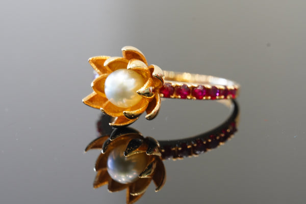 Flowery designed 21kt gold ring with pearl & rubies
