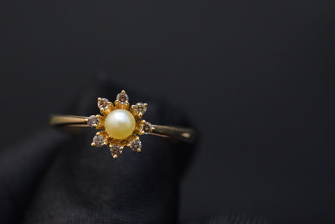 Brown diamond ring with natural pearl & 18kt gold خاتم الماس بني مع لؤلؤ طبيعي وذهب قيراط ١٨