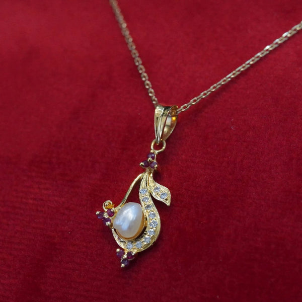 18kt gold necklace with natural pearl, diamonds and red rubies قلادة ذهب ١٨ مع الألماس و ياقوت و لؤلؤ طبيعي