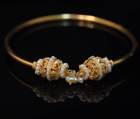 Natural pearl open-type bangle with 21kt gold  معضد لؤلؤ طبيعي مع ذهب قيراط ٢١