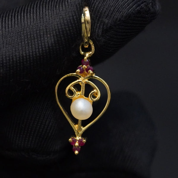 Natural red ruby pendant with natural pearl  تعليقة لؤلؤ طبيعي مع ياقوت احمر وذهب قيراط ١٨
