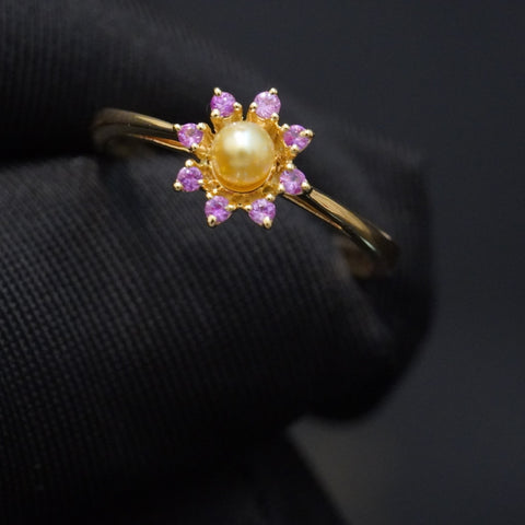 Pink sapphire ring with natural pearl& 18kt gold خاتم سافاير وردي مع لؤلؤ طبيعي وذهب قيراط ١٨