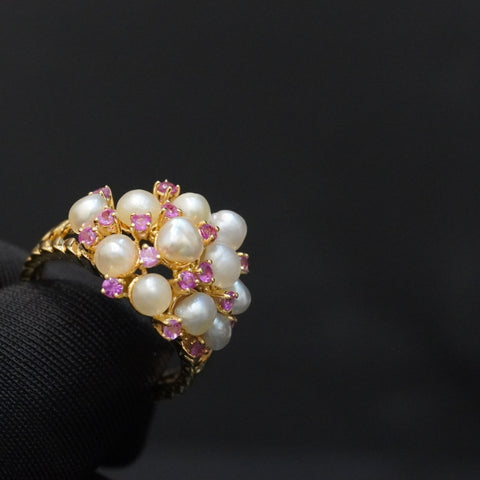 Luxury pink sapphire ring with natural pearls & 18kt gold خاتم قيراط ١٨ مع سافاير وردي و ذهب قيراط ١٨