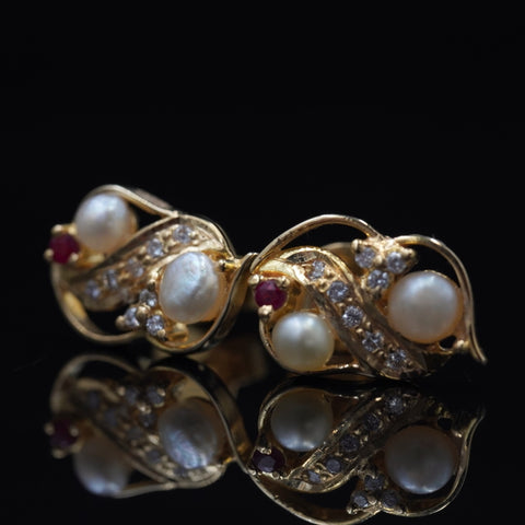 Exquiste natural pearl earrings with diamond, red ruby, & 18kt gold  حلق الماس راقي مع لؤلؤ طبيعي وياقوت و ذهب قيراط ١٨