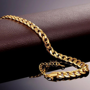 Details of the gold Cuban link ankle bracelet