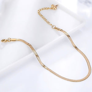 A detailed picture of the gold snake chain ankle bracelet