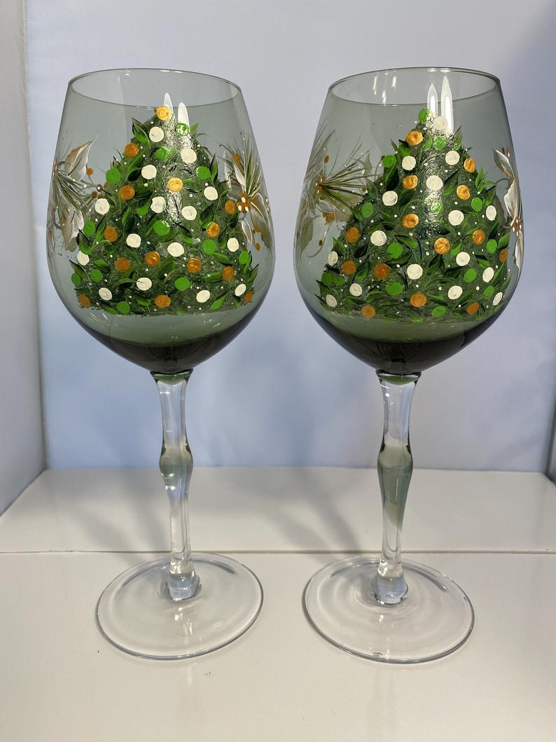 Hand Painted Christmas Tree Wine Glasses. Holiday Green Wine Glasses. Gold, White and Green Holiday Glasses. Holiday Wine Glass Gift.