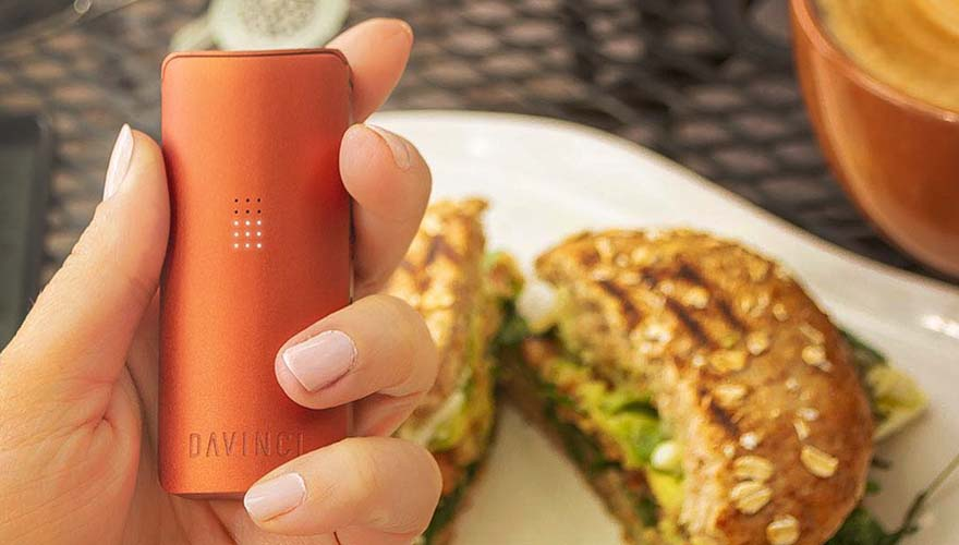 The Davnici Miqro Vaporizer in hand