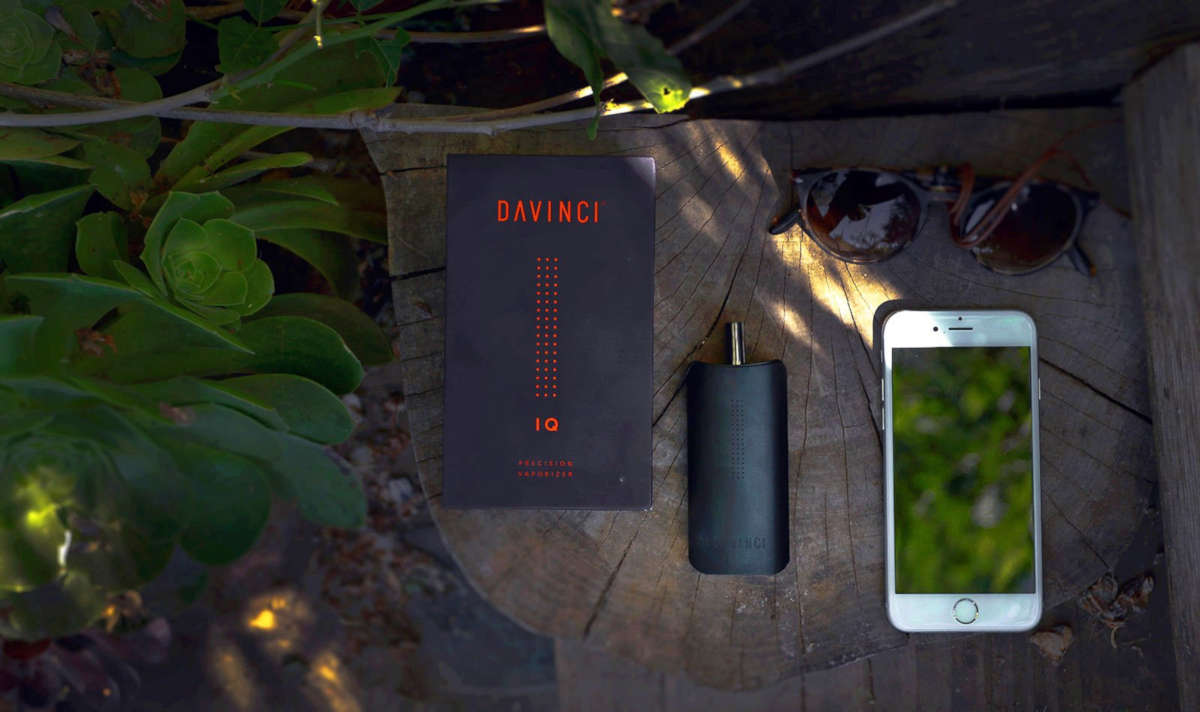DaVinci IQ Vaporizer next to smarthphone