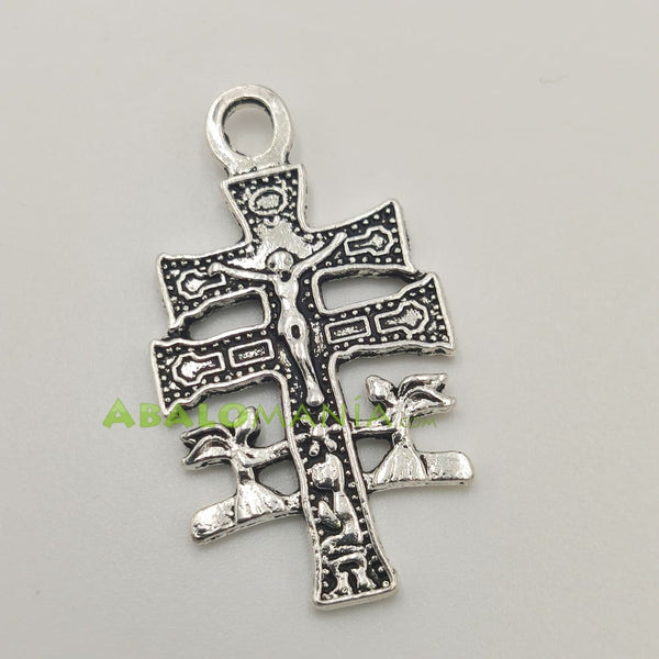 Crucifijo / Cruz de Caravaca / Modelo 9 / Color plata / 46mm x 20mm