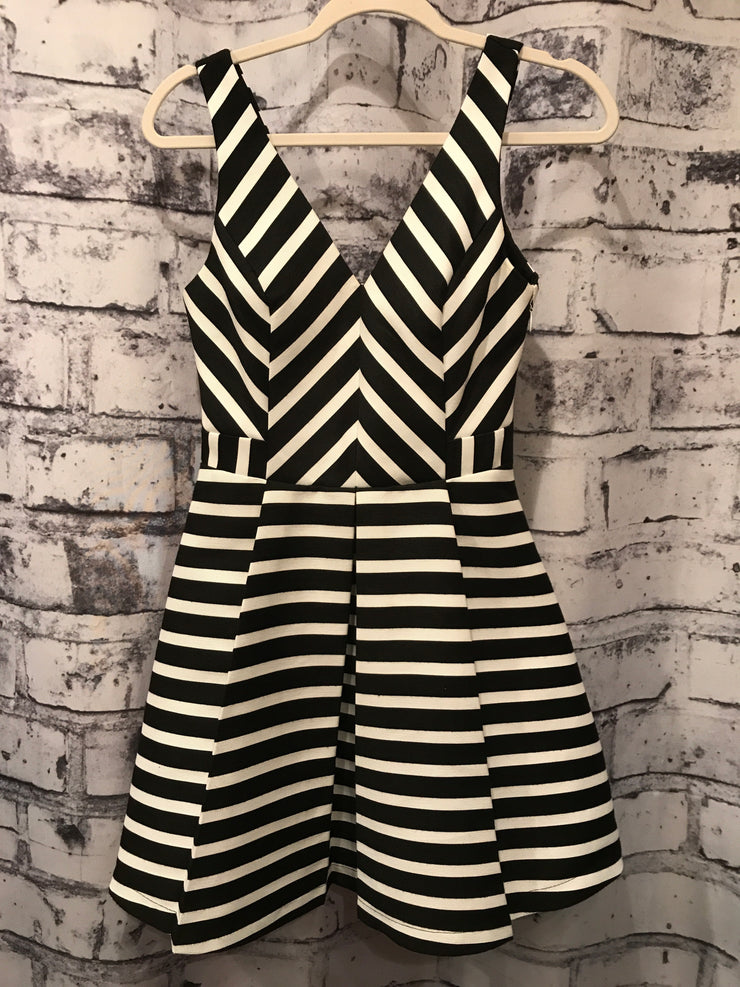 BLACK/WHITE STRIPED SHORT DRES
